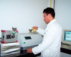 Figura 3. Determinación sólidos disueltos y contenido de sacarosa en  jugos de caña por refractometría y polarimetría.
